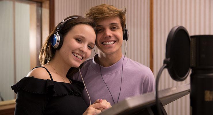 Larissa Manoela e Leonardo Cidade dão voz aos protagonistas da animação Encantado