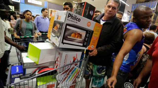 Dia Livre de Impostos promete descontos de até 70% na quinta-feira