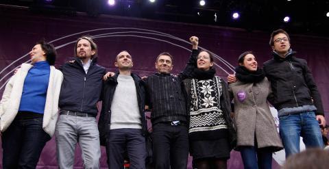 Los líderes de Podemos saludan a los asistentes a la manifestación convocada por el partido en Madrid. _JAIRO VARGAS
