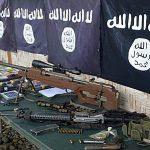 Armes et drapeaux de Daech confisqués à des membres d'un gang criminel ayant prêté allégeance au groupe État Islamique, montrés à Palimbang dans la province de Sultan Kudarat, dans l'île de Mindanao au sud des Philippines, le 26 novembre 2015. (Crédits : AFP PHOTO / STR)
