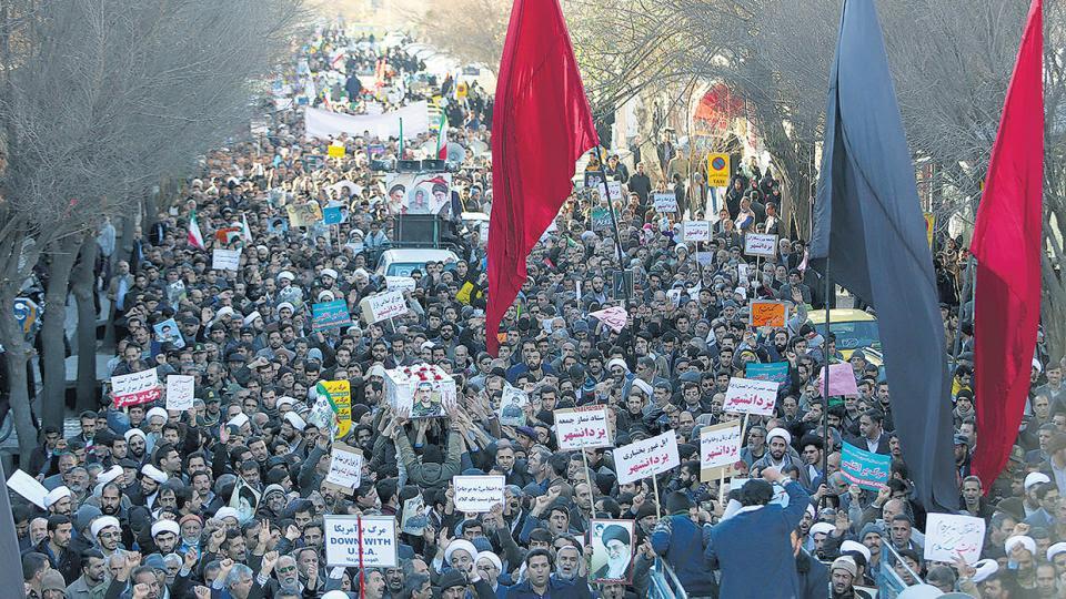 Miles de iraníes se manifiestan en favor del régimen ayer tras las protestas de esta semana.