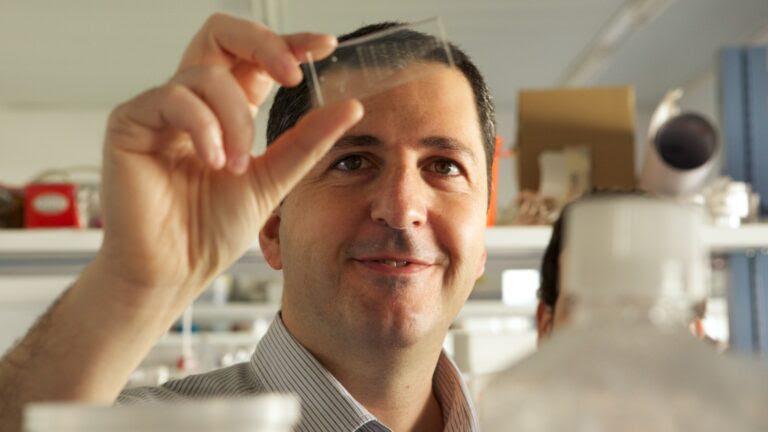 Prof. Yaakov Nahmias in his bioengineering lab at the Hebrew University of Jerusalem. Photo by Patricia Alvarado Núñez/graziosopictures.com