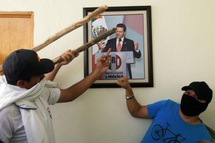 Normalistas toman oficinas del PRI en Michoacán. Foto: Enrique Castro