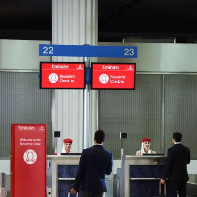 •المعدات البيومترية يجري اختبارها على بعض بوابات السفر في الكونكورس B بمطار دبي الدولي. وسوف يوفر أول مسار بيومتري متكامل في العالم لركاب طيران الإمارات تجربة سلسة، بدءاً من إجراءات السفر وحتى صعود الطائرة.