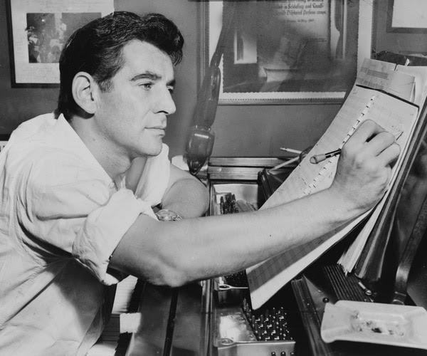 Leonard Bernstein sentado al piano, mientras hace anotaciones en una partitura en 1955. Fotografía: Wikimedia Commons/Biblioteca del Congreso de Estados Unidos/l Ravenna