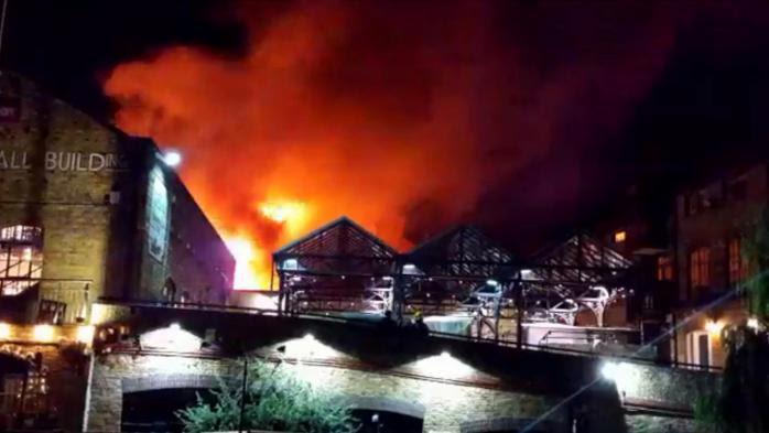 VIDEO. Royaume-Uni : un incendie ravage le marché londonien de Camden Lock