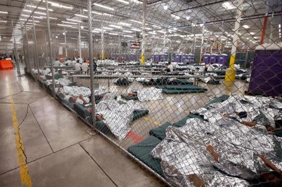 Niños detenidos después de entrar ilegalmente a Estados Unidos duermen en una celda en Nogales, Arizona, uno de los dos centros de procesamiento que la Patrulla Fronteriza abrió a los medios este miércoles. Foto: Ross D. Franklin / AP.