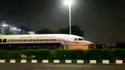 Video: un avión de pasajeros queda atascado debajo de un puente peatonal en la India