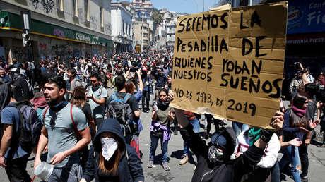 Una persona sostiene un cartel durante una protesta en Valparaíso, Chile, 21 de octubre de 2019.