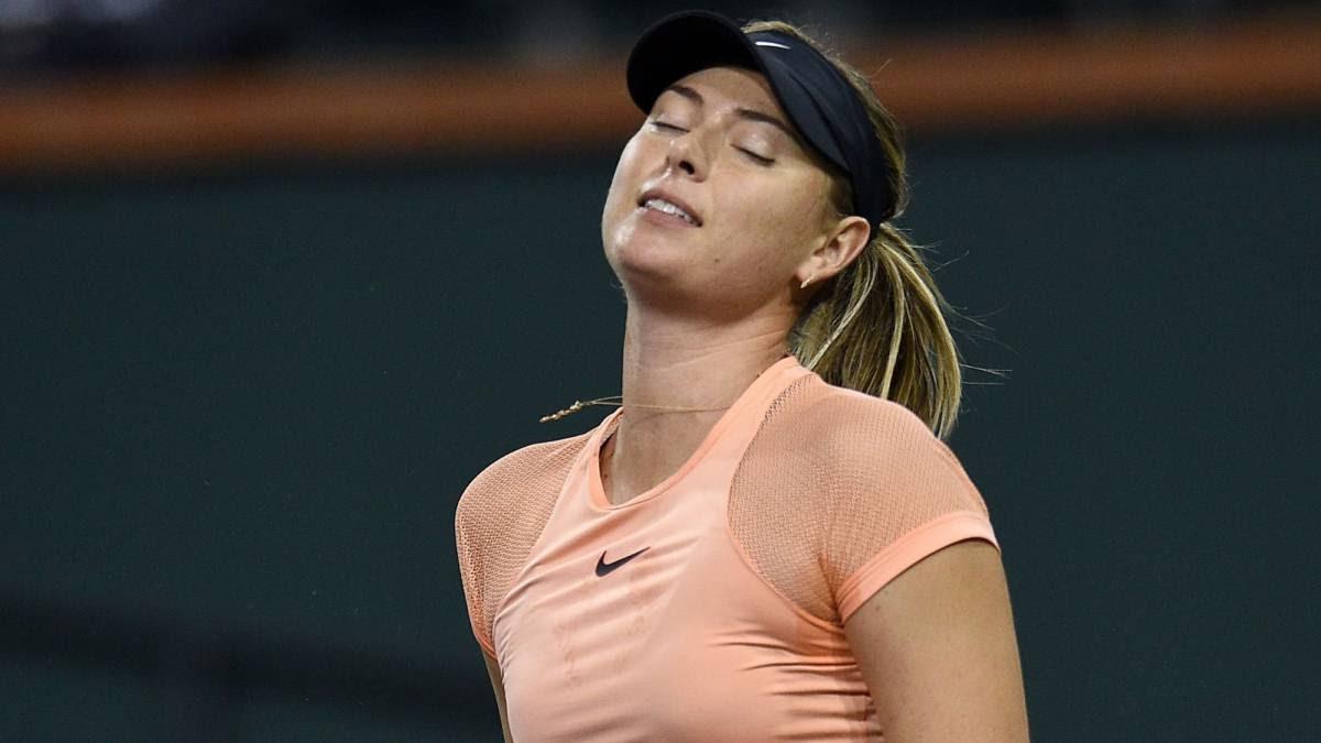 Maria Sharapova se lamenta tras perder un punto ante Naomi Osakaen su partido de primera ronda del BNP Paribas Open de Indian Wells.