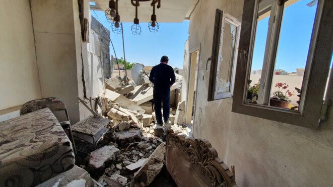Dans les ruines d'un bâtiment détruit après les affrontements dans un quartier de Tripoli, le 1er mai 2020 © Mahmud TURKIA / AFP