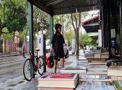 Glebooks ofrece eldespacho a domicilio de libros llevados en bicicleta, como alternativa ante las restricciones que buscan evitar el aumento de contagios por coronavirus.