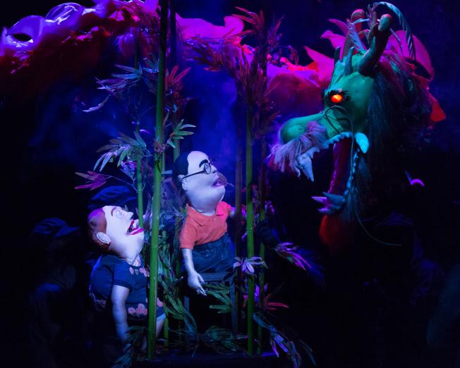「中國製造」裡的瑪莉(左)與艾迪,遭遇象徵中國強權的巨龍。(Heidi Bohnenkamp/攝影)