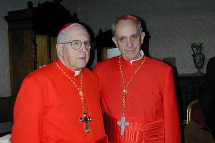 El cardenal argentino Jorge María Mejía con el ahora Papa Francisco. Foto: La Nación