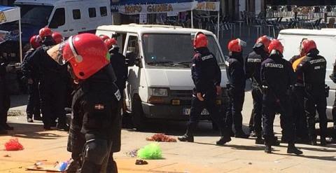 La plaza de la Virgen Blanca desalojada por antidisturbios de la policía vasca./ Foto vía Gasteiz Hoy