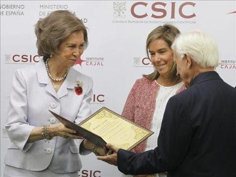 La Reina Sofía de España le entregó el IV Diploma Cajal por su contribución a las neurociencias y sus aportaciones al conocimiento del funcionamiento cerebral.