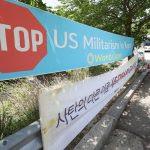 Banderoles installées sur la route du terrain de golf où se déploie le système anti-missile américain THAAD à Seongju en Corée du Sud le 7 mai 2017. (Crédits : Mitsuru Tamura / The Yomiuri Shimbun / via AFP)