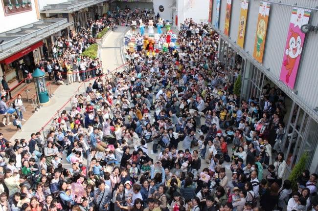 2017年4月20日の10周年セレモニーの様子 広場には約1,000人のお客様