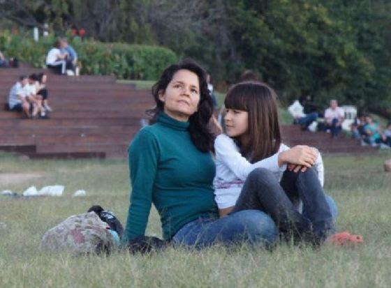 Fausta Cristina, mãe de Milena, sua terceira filha que possui autismo, hoje com 8 anos.