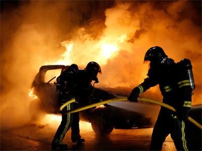 Bomberos apagan las llamas de algunos coches incendiados en Lille. REUTERS/Pascal Rossignol