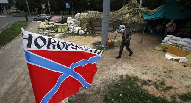 La bandera de Novorossiya (Nueva Rusia) vuela a un puesto de control de los combatientes pro-rusos en la ciudad  de Donetsk, este sábado.