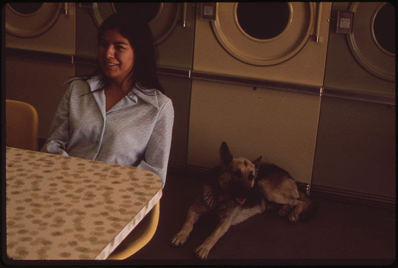 File:PAIUTE WOMAN AT THE LAUNDROMAT IN NIXON, PYRAMID LAKE INDIAN RESERVATION - NARA - 553098.jpg