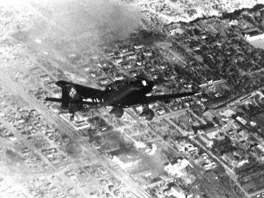 Bundesarchiv_Bild_183-J20510,_Russland,_Kampf_um_Stalingrad,_Luftangriff_crop