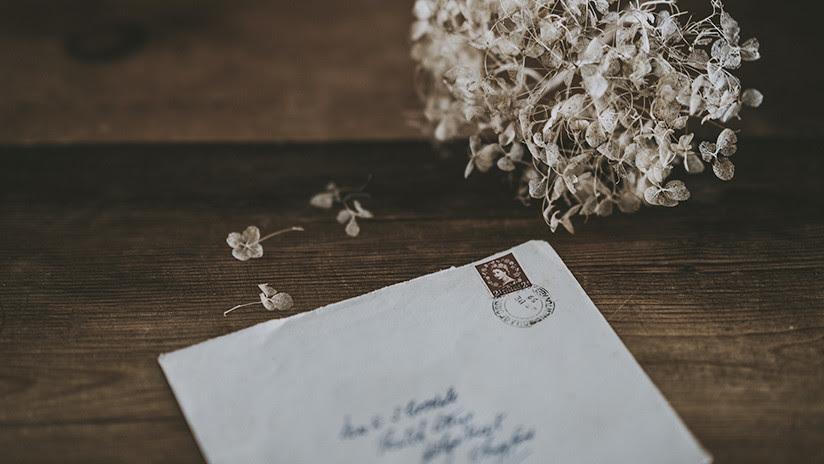 Una anciana recibe una carta escrita a mano por su prometido desaparecido hace más de 70 años