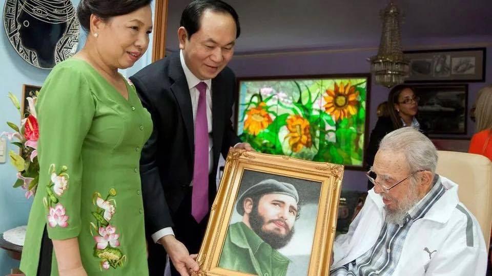 10 ngày trước khi Fidel Castro qua đời, ông Trần Đại Quang, Chủ tịch nước Việt Nam đã đến Cuba và tặng ảnh cho Fidel Castro. Ảnh: Người Lao Động