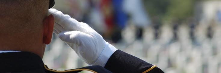 Soldado uniformado haciendo un saludo militar.