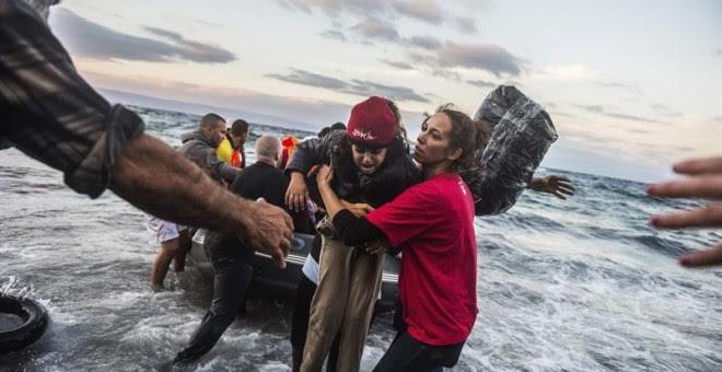 Refugiados afganos llegan a la costa de Skala Sikaminias, en la isla griega de Lesbos. / EFE