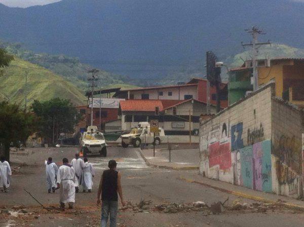 Venezuela - Cinq prêtres s'interposent devant des blindés faisant irruption en pleines funérailles