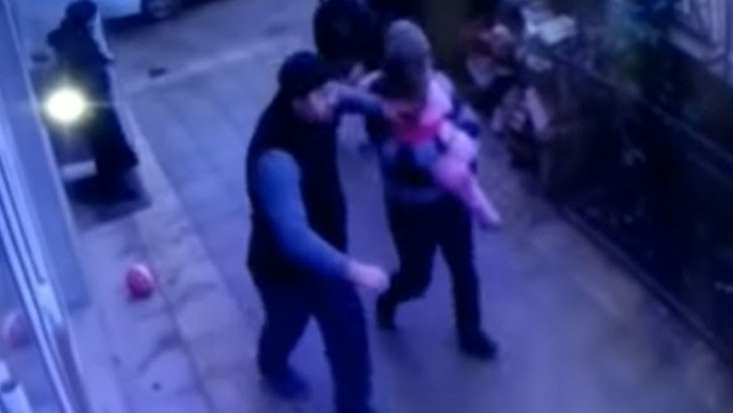 VIDEO: Una niña de 5 años cae de un quinto piso... en brazos de dos peatones