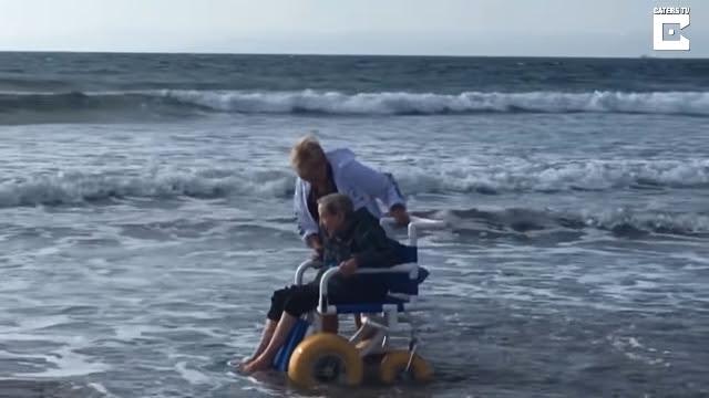 Bà cụ 90 tuổi bật khóc được 'chạm vào biển
