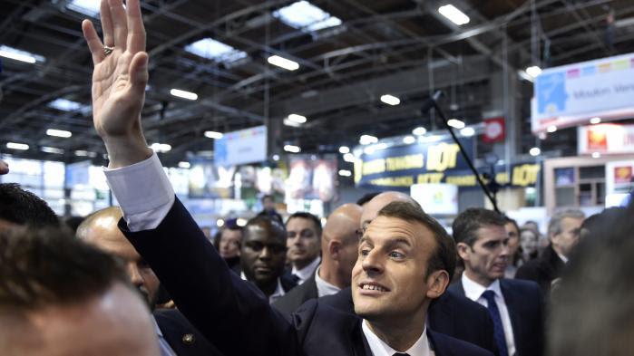 """VIDEO. """"Les yeux dans les yeux"""" : après les sifflets, l'échange tendu entre Macron et un agriculteur au Salon de l'agriculture"""