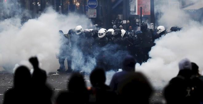 Policías y manifestantes en la movilización contra las reformas de pensiones París, Francia. EFE / IAN LANGSDON