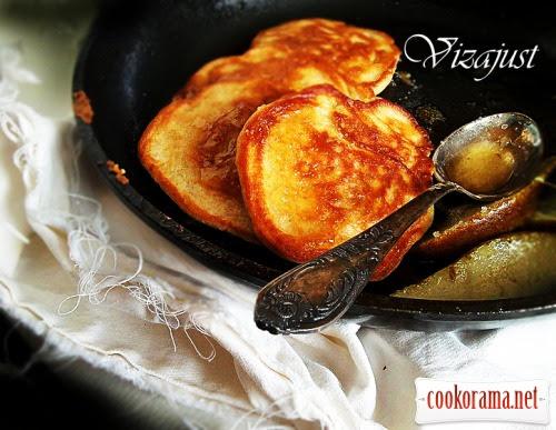 Житні оладки з грушами та медовим маслом