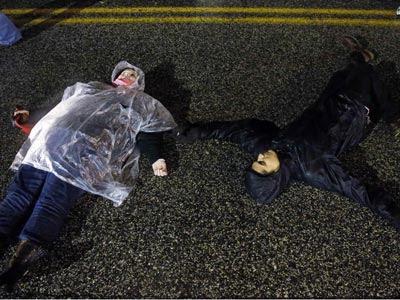 Manifestantes yacen en el suelo durante las protestas contra los asesinatos raciales en Ferguso (Missouri). REUTERS