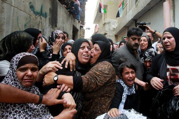 La madre, familiares y vecinas del niño Abed al-Rahman Shadi Obeidallah (13), asesinado por los soldados israelíes