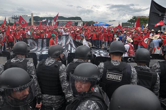 Marcha del MST en Brasilia, en 2014, es acorralada por la tropa de choque de la Policía Militar  - Créditos: Pilar Oliva / MST