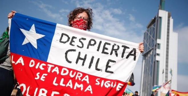 06/12/2019.- Miles de manifestantes protestan este viernes en la céntrica Plaza Italia, rebautizada popularmente como 'Plaza de la Dignidad', tras más de 50 días de movilizaciones en contra del Gobierno, en Santiago (Chile). EFE/Alberto Valdés