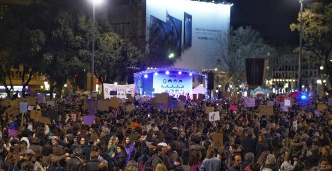 Moment de la lectura del manifest de la manifestació de la vaga feminista de Barcelona. JOEL KASHILA