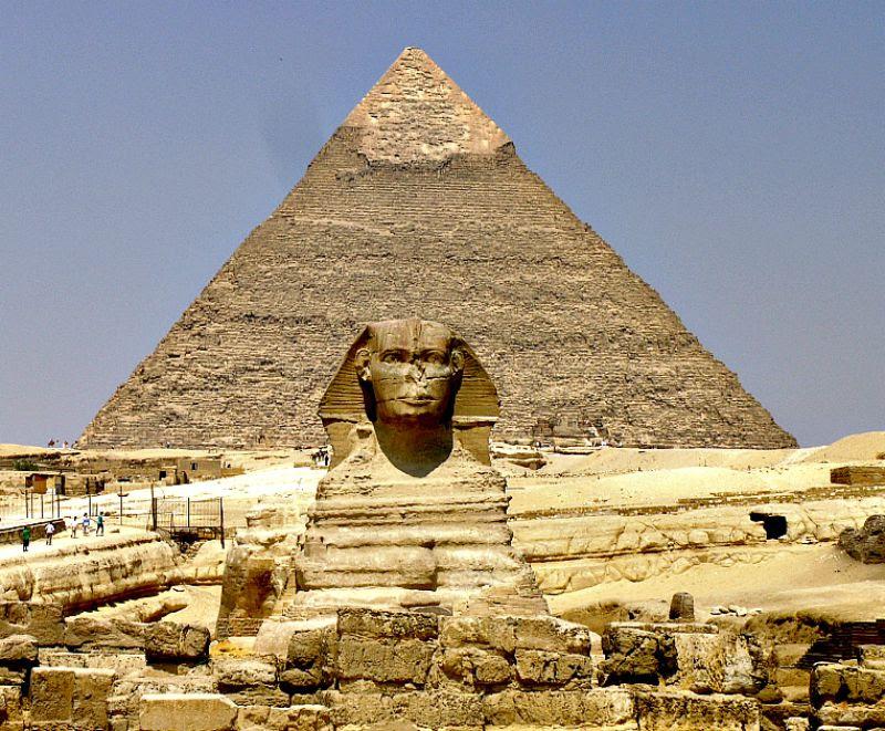 La misteriosa Gran Esfinge junto a los restos de su templo. Detrás, la pirámide de Kefrén.