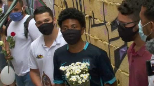 Um ano após mortes, Paraisópolis pede Justiça com flores em beco