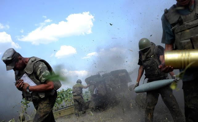 Militares ucranianos de una sección de artillería, a cubierto después de disparar un cañón contra los separatistas pro-rusos cerca Pervomaisk, región de Lugansk.
