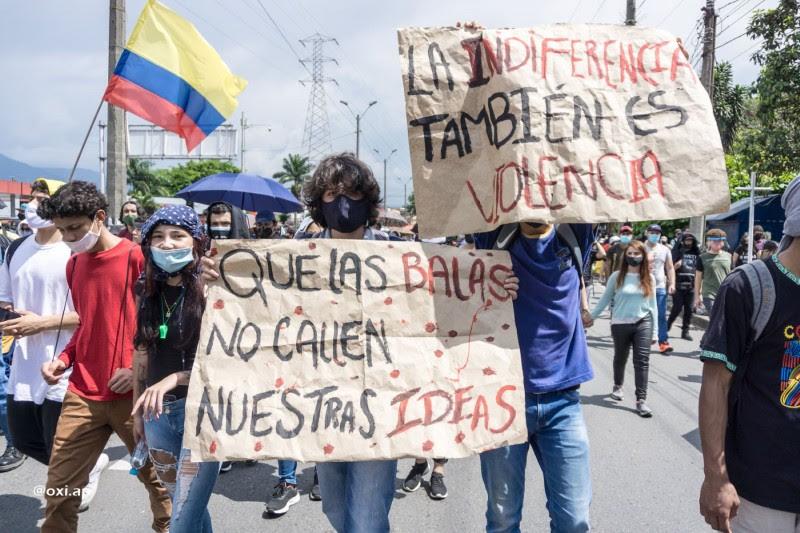 <p>Un grupo de jóvenes marcha contra el gobierno de Iván Duque.</p>