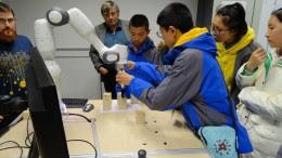 Arbeit mit dem Roboterarm