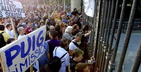 Cientos de indignados protestan contra los recortes de la Generalitat ante las puertas del Parque de la Ciutadella, en Barcelona, el 15 de junio de 2011.
