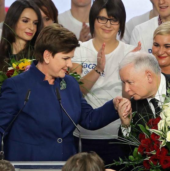 A nova primeira ministra da Polona subiu prometendo uma plataforma pela vida. Na foto está sendo cumprimentada pelo presidente da Polônia