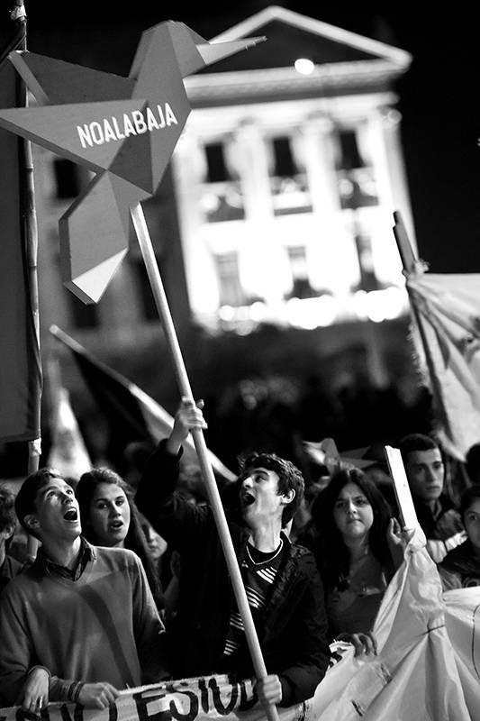 Marcha de estudiantes, ayer en la plaza 1º de Mayo, frente al Palacio Legislativo. / Foto: Nicolás Celaya